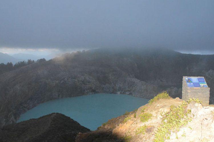 Kawah Danau Kelimutu di Desa Moni, Waturaka, Kecamatan Kelimutu, Kabupaten Ende, NTT, saat matahari terbit, Kamis (25/5/2017) sebelum diselimuti kabut tebal dan kawah itu tak dapat dilihat lagi.