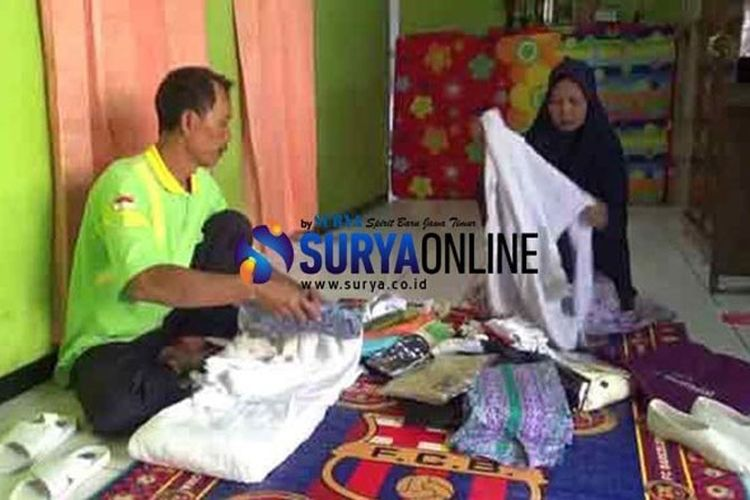 Abdul Chamid dan istrinya Mukhlisoh menyiapkan perlengkapan haji yang bakal dibawanya ke Tanah Suci Mekkah di rumahnya yang sederhana di Jombang.