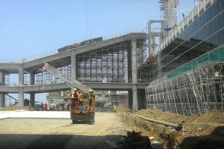 Terminal penumpang bandara NYIA, Kulon Progo, DIY,  mulai dipasang kaca.  PT Angkasa Pura I (Persero) kian optimis bandara ini bisa beroperasi pada April 2019 mendatang.