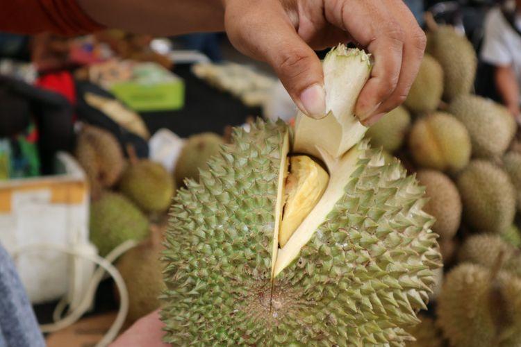 Raja durian dari Malaysia yang dikembang biakan di tanah Rancamaya, Bogor, saat dijual dalam Wisata Durian, Minggu (25/11/2017). Durian ini tetap diberi nama musngking karena terlanjur terkenal.