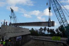 Kejar Target, JMB Pasang Girder Jembatan Kauditan di Tol Manado-Bitung