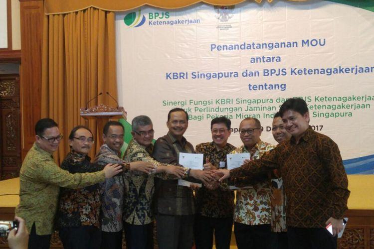 Badan Penyelenggara Jaminan Sosial (BPJS) Ketenagakerjaan melakukan kerja sama dengan Kedutaan Besar Republik Indonesia untuk memberi jaminan perlindungan bagi pekerja migran. Acara tersebut berlangsung di Kedutaan Besar Republik Indonesia di Singapura, Sabtu (9/12/2017).