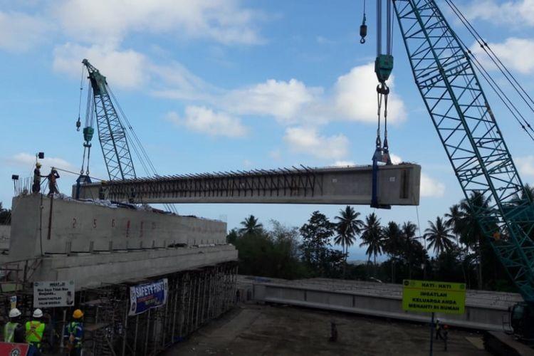 Pemasangan girder pada Jembatan Kauditan di Jalan Tol Manado-Bitung.