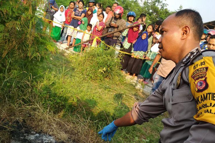 Polisi tengah melakukan identifikasi penemuan mayat twrbakar tanpa kepala dan kaki di Desa Ciranggon,  Majalaya,  Karawang,  Kamis (7/12/2017).