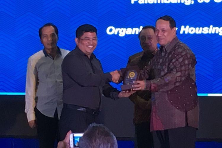 Ketua Umum Asosiasi Pengembang Properti dan Permukiman Seluruh Indonesia (Apersi) Junaidi Abdillah (baju hitam tengah) saat menerima plakat dari Universitas Sriwijaya di Palembang, Sumatera Selatan, Senin (30/10/2017)