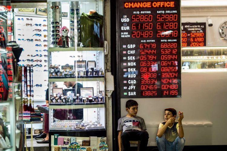 Warga menukarkan uang di kantor penukaran uang di Istanbul, Turki, 8 Agustus 2018. Dirundung krisis ekonomi, nilai tukar mata uang Turki lira merosot tajam. Hingga Jumat (10/8/2018) lalu, posisi lira anjlok 15,88 persen ke level 6,4323 per dollar Amerika Serikat (AS).