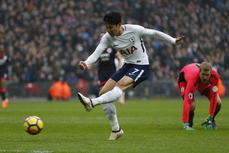 Son Heung-min tampil gemilang saat Tottenham Hotspur menang atas Huddersfield Town pada pertandingan Premier League di Stadion Wembley, Sabtu (3/3/2018).