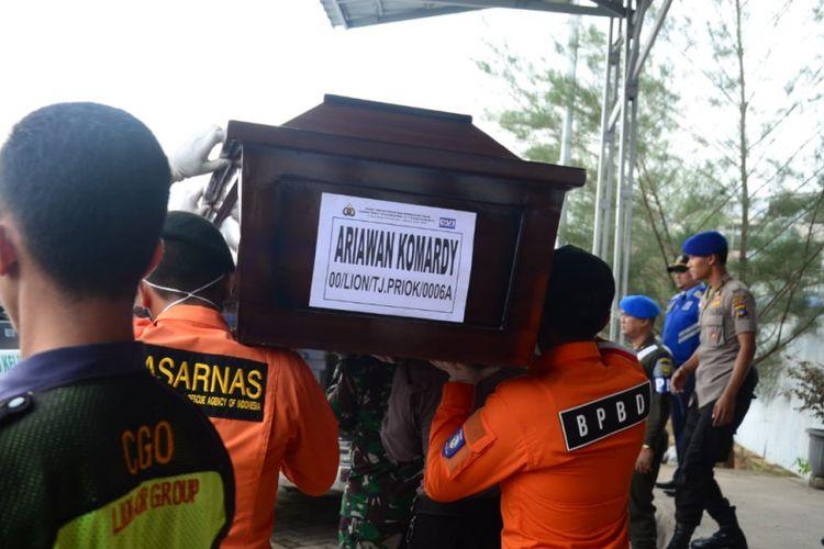 Jenazah korban Lion Air JT 610 tiba di Bandara Depati Amir, Rabu (7/11/2018).