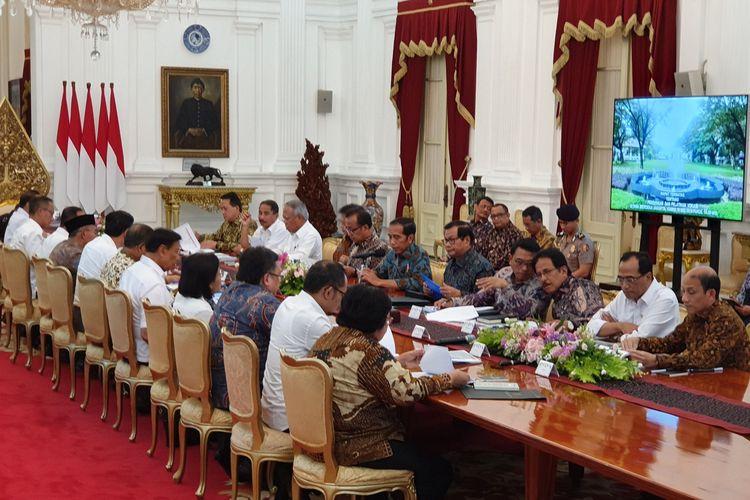 Presiden Jokowi memimpin rapat terbatas terkait pendidikan dan vokasi di Istana Merdeka, Jakarta, Kamis (16/5/2019).