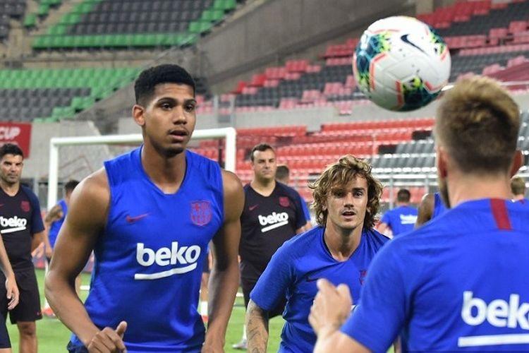 Antoine Griezmann (tengah) dan para pemain Barcelona saat sedang latihan.