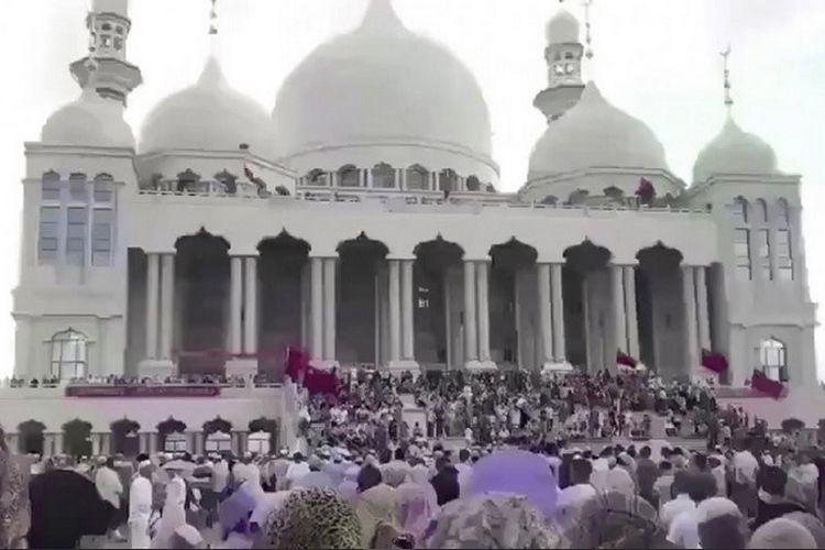 Dihalangi Ratusan Orang, Sebuah Masjid di China Batal Dihancurkan