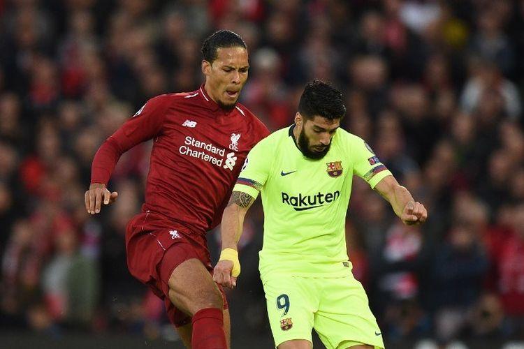 Virgil van Dijk mengawal ketat Luis Suarez pada pertandingan Liverpool vs Barcelona dalam semifinal Liga Champions di Stadion Anfield, 7 Mei 2019.