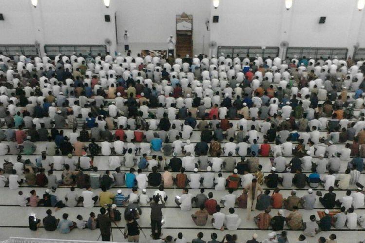 Suasana shalat tharawih pertama di Masjid At-Taqarrub di Desa Keude, Kecamatan Trienggadeng, Kabupaten Pidie Jaya.
