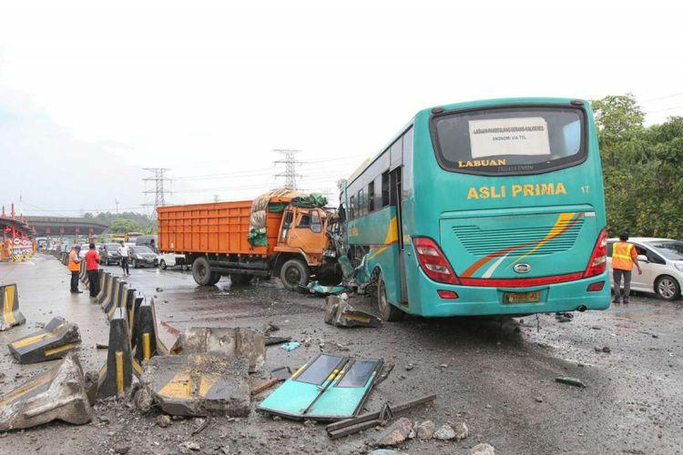 Kecelakaan bus Asli Prima terjadi di Gerbang Tol Cikupa, Tangerang, Banten, Minggu (13/01/2019). Bus Asli Prima yang melaju dari arah Jakarta keluar jalur menabrak truk yang melaju menuju Jakarta. Akibat kecelakaan ini dua orang luka berat dan belasan lainnya luka ringan.