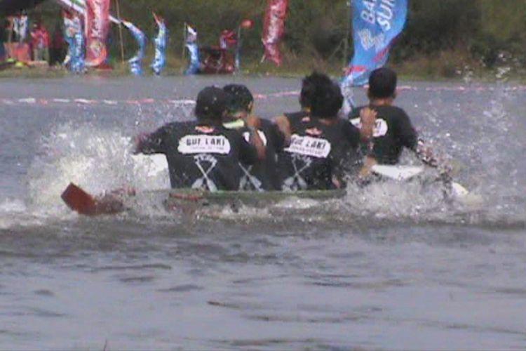 Salah satu tim tampak bersemangat mengayuh perahu mereka untuk menjadi pemenang dalam lomba bidar mini tradisional di Desa Burai Ogan Ilir
