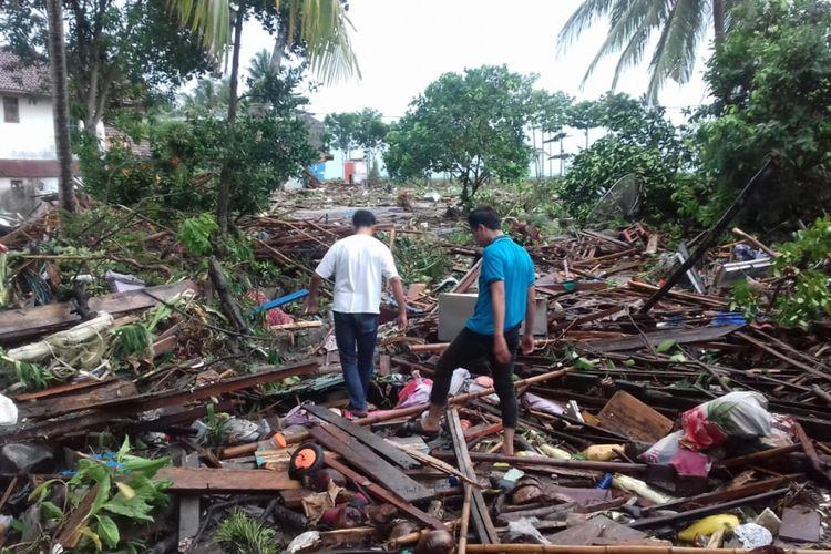 Ratusan rumah warga di pinggir pesisir pantai Lampung Selatan rata dengan tanah usai dihantam tsunami.