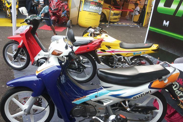 Deretan sepeda motor bebek 2-Tak siap jual yang dipajang di stan Greenseta saat penyelenggaraan Pasar Jongkok Otomotif 2018 di Museum Purna Bhakti Pertiwi, Taman Mini Indonesia Indah, Jakarta Timur, Sabtu (7/4/2018).