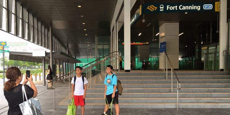 Pengunjung berfoto di depan stasiun MRT Fort Canning, Singapura