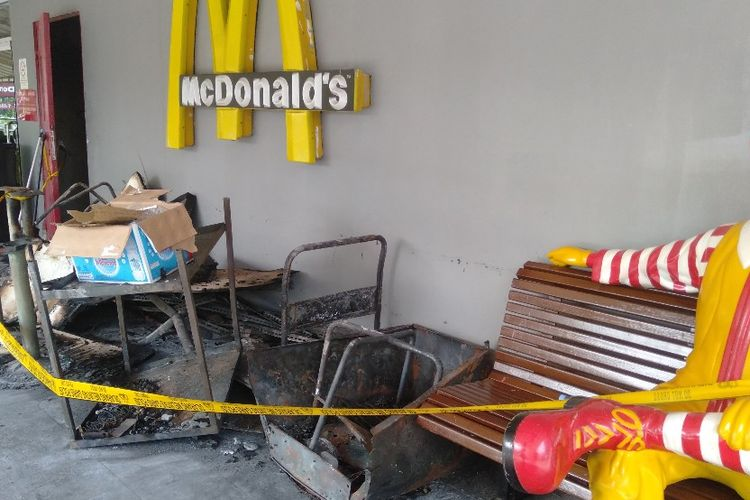 Bahian Depan McDonalds Plaza Kalibata, Jakarta Selatan Pasca Terbakar, Senin (20/5/2019)