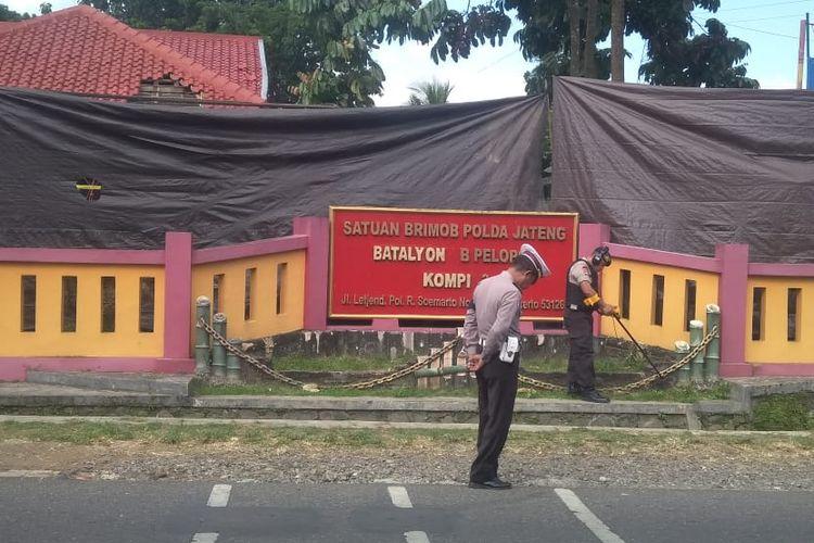 Polisi melakukan penyisiran di depan Mako Brimob Batalyon B Pelopor Kompi 3, Purwokerto, Jawa Tengah, Sabtu (25/5/2019).