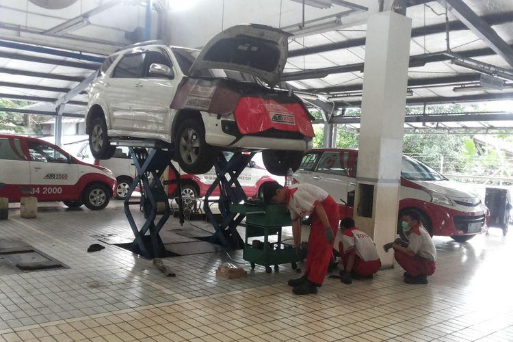 Suasana di bengkel resmi Auto2000 Toyota di Jalan Siliwangi, Bogor pada Minggu (31/12/2017). Bengkel Auto2000 di Bogor merupakan satu dari empat bengkel resmi Toyota yang tetap buka 24 jam selama musim liburan panjang Natal dan Tahun Baru, tepatnya dari 23 Desember 2017 hingga 1 Januari 2018.