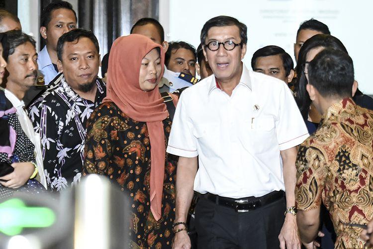 Menkumham Yasonna Laoly (kedua kanan) berjalan bersama Terpidana kasus pelanggaran Undang-Undang Informasi dan Transaksi Elektronik (ITE) Baiq Nuril (tengah) usai melakukan pertemuan bersama di Kemenkumham, Jakarta, Senin (8/7/2019). Dalam pertemuan tersebut Yasonna Laoly mengatakan pihaknya tetap menghormati keputusan Mahkamah Agung yang menolak peninjauan kembali yang dilayangkan Baiq Muril meski kini tengah menyusun pendapat hukum terkait wacana amnesti kepada Nuril.