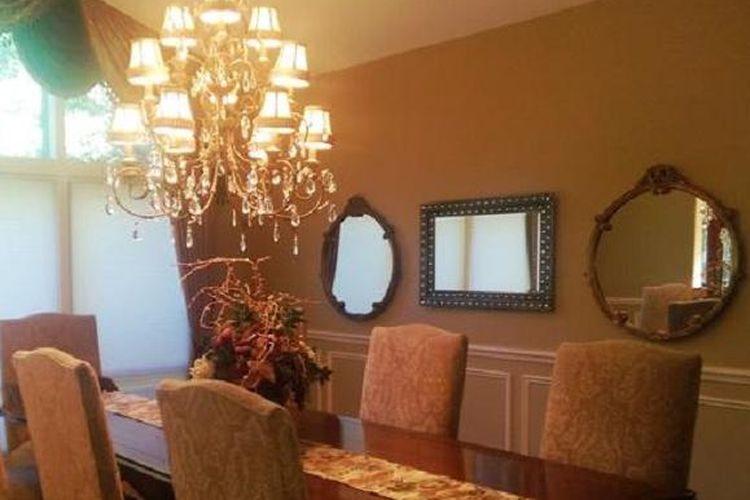 Koleksi cermin yang diletakkan pada permukaan dinding bisa bervariasi ukuran, gaya dan bentuknya.