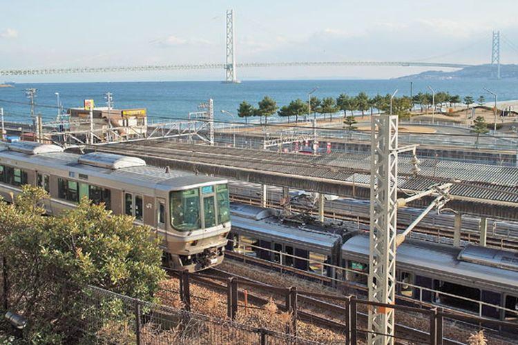 Menuju Kota Akashi di Jepang, Anda bisa naik kereta jenis shin-kaisoku JR Kobe-line dari Osaka selama kurang lebih 40 menit.