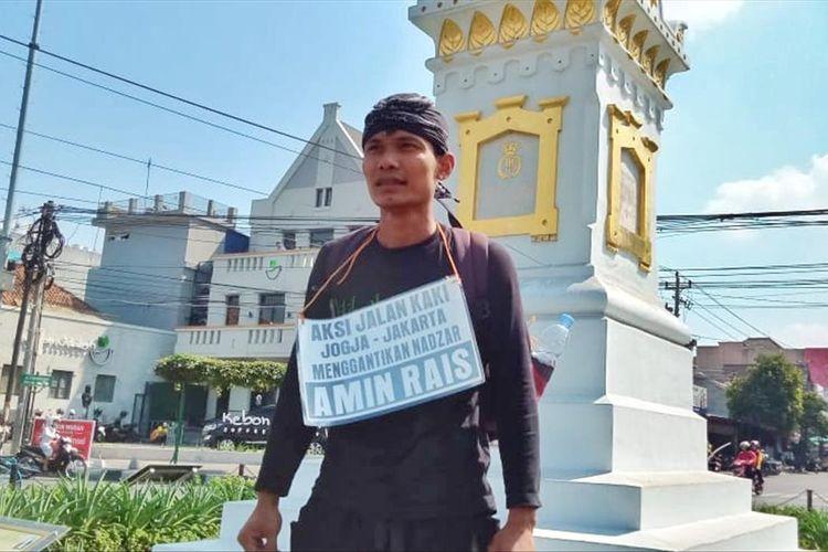 Lilik Yuliantoro saat start dari Tugu Yogyakarta berjalan kaki menuju Jakarta untuk menggantikan nazar Amien Rais
