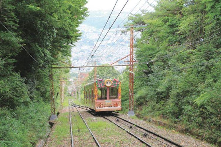 Kereta Rapid Express dari Stasiun Kintetsu Turuhashi dan turun di Stasiun Ikoma di Jepang.