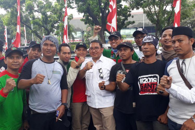 Wakil Ketua Umum Partai Gerindra Fadli Zon bersama para Buruh di Jalan Medan Merdeka Selatan, Jakarta Pusat, Jumat (10/8/2018).