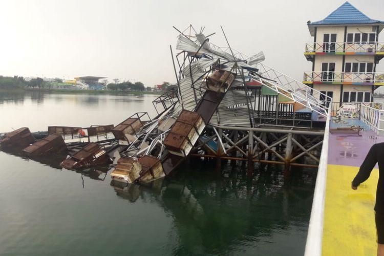 Salah satu venue ski air di kompleks Jakabaring Sport City (JSC) Palembang, Sumatera Selatan mengalami rusak berat usai dihantam angin kencang dan hujan lebat. Tak hanya kompleks JSC yang porak poranda, stasiun LRT DJKA juga mengalami kerusakan lantaran plafon ambruk diruang tunggu penumpang, Sabtu (27/10/2018).