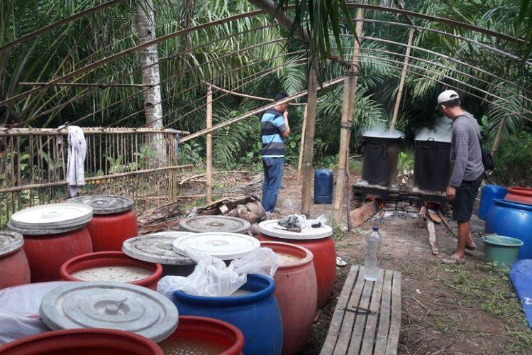 Rumah industri pembuatan minuman keras jenis trobas di Dusun Sumberpelus RT 12 RW 5 Desa Sindurejo, Kecamatan Gedangan, Kabupaten Malang yang digrebek polisi pada Kamis (12/4/2018)