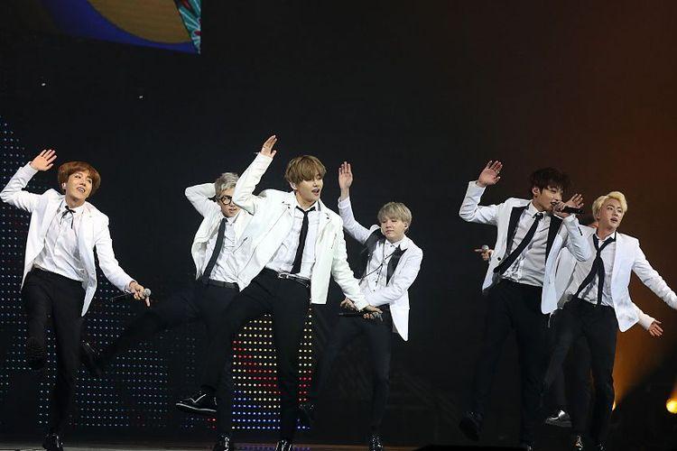 Penampilan grup BTS di KCON France 2016 di Paris, Perancis, pada 2 Juni 2016.