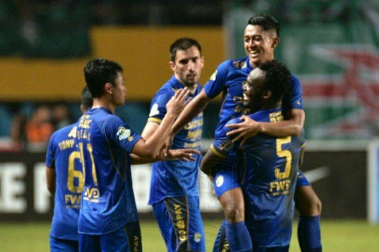 Pemain Persib Bandung merayakan gol Febri Hariyadi seusai dia membobol gawang tuan rumah Sriwijaya FC pada partai tunda pekan 20 Liga 1, Senin (4/9/2017).