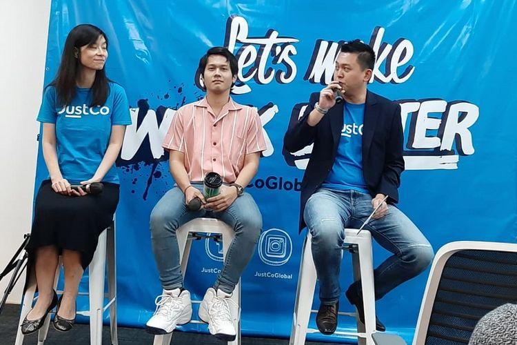 Community Manager Novo Learning Indonesia Deris Nagara (tengah) saat peresmian co-working space JustCo di Jakarta, Rabu (8/5/2019).