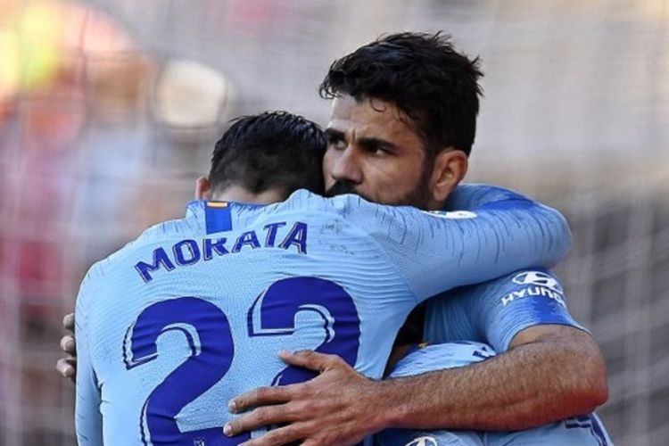 Alvaro Morata dan Diego Costa merayakan gol Antoine Griezmann pada pertandingan Rayo Vallecano vs Atletico Madrid di Vallecas pada lanjutan La Liga Spanyol, 16 Februari 2019.