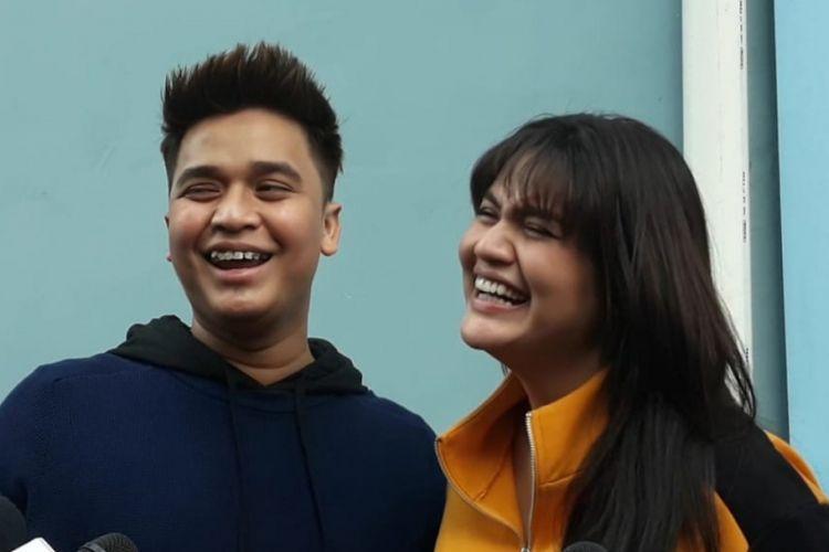 Billy Syahputra (kiri) dan kekasihnya Hilda Vitria (kanan) setelah menjadi bintang tamu program bincang-bincang di Studio TransTV, Mampang, Jakarta Selatan, Jumat (28/9/2018) sore.