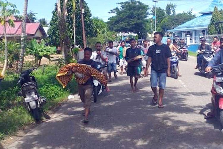 Jasad 5 mayat yang dibongkar dari kuburan dibawa keluarganya ke lokasi lain oleh keluarganya di Desa Jembatan Merah, Tomilio, Kabupaten Gorontalo Utara.(KOMPAS.COM/YAKUB KAU)