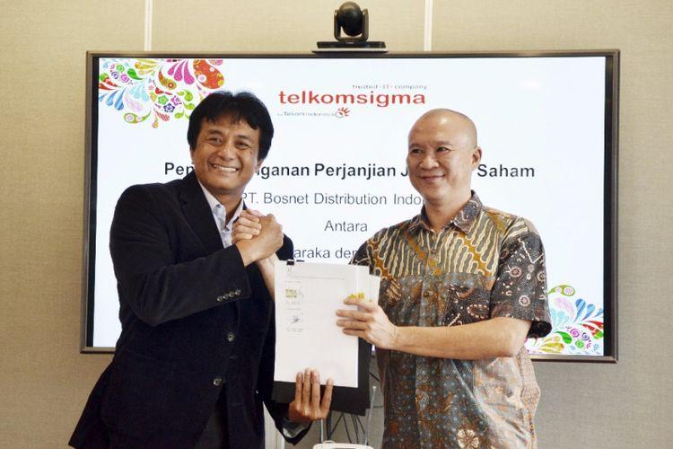 Penandatanganan Perjanjian Jual Beli Saham oleh Direktur Utama Telkomsigma Judi Achmadi dengan PT Bosnet Distribution Indonesia di Jakarta, Kamis (14/12/2017).