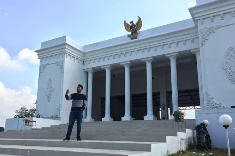 Pengunjung Sedang Berswafoto di Depan Kantor Desa Kemuningsari Kidul, Kecamatan Jenggawah, Kabupaten Jember, Jawa Timur, Yang Mirip Dengan Istana Negara.