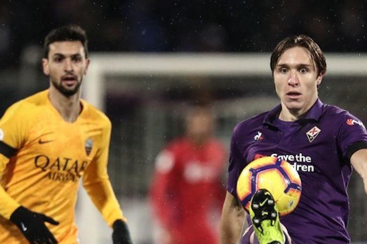 Javier Pastore coba mengejar Federico Chiesa pada pertandingan Fiorentina vs AS Roma dalam lanjutan Coppa Italia, 30 Januari 2019.