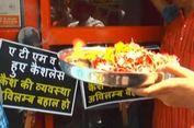 Atasi Krisis Uang Tunai, Pedagang di India Berdoa kepada Dewa ATM