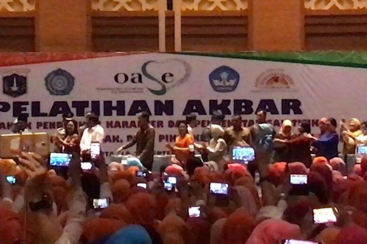 Presiden Joko Widodo dan Ibu Negara Iriana Jokowi berjoged bersama 1.200 guru PAUD se DKI Jakarta