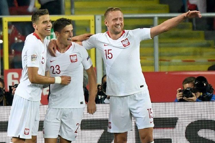 Jan Bednarek dan Kamil Glik merayakan gol Krzysztof Piatek  pada pertandingan UEFA Nations League versus Portugal di Stadion Slaski, Chorzow, 11 Oktober 2018.