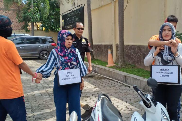 Rekontruksi pembunuhan calon pendeta yang dilakukan di Polda Sumatera Selatan, Selasa (21/5/2019). Dalam rekontruksi tersebut ada 17 adegan yang diperagakan kedua pelaku.