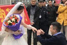 Bergaun Pengantin, Perempuan di China Lamar Kekasihnya di Luar Penjara