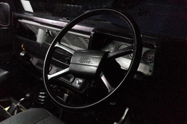 Inilah penampakan kokpit dari mobil Land Rover Defender 110 County yang sempat dinaiki Presiden Joko Widodo. Kendaraan ini merupakan mobil produksi lama yang kemudian diperbaiki hingga akhirnya dapat digunakan saat peresmian Tol Becakayu.