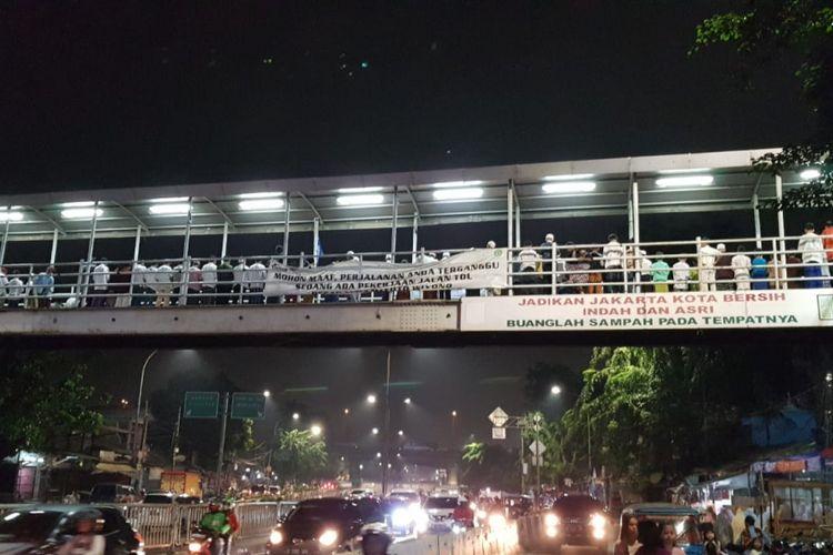 Tarawaih warga di atas JPO Pasar Gembrong, Kamis (17/5/2018)