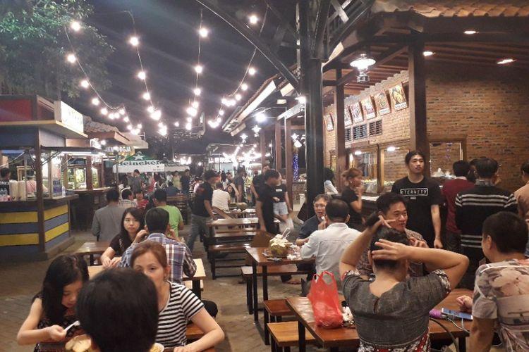 Suasana area kuliner Food Street di Pulau D Reklamasi atau kawasan Pantai Maju, Rabu (23/1/2019).